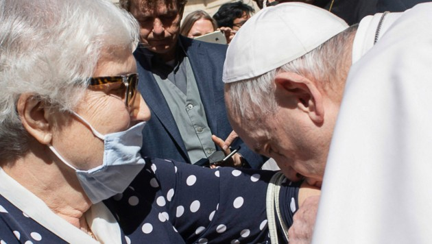 Papst Franziskus küsst den Arm mit der tätowierten Nummer des Konzentrationslagers Auschwitz-Birkenau der Holocaust-Überlebenden Lidia Maksymowicszby. (Bild: VATICAN MEDIA / AFP)