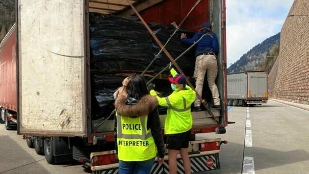 Aus diesem und weiteren Lkw befreiten Fahnder 100 Migranten. (Bild: zVg)