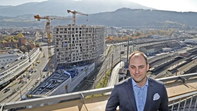 Investor Markus Schafferer vor dem Pema2-Turm (Bild: Christof Birbaumer)