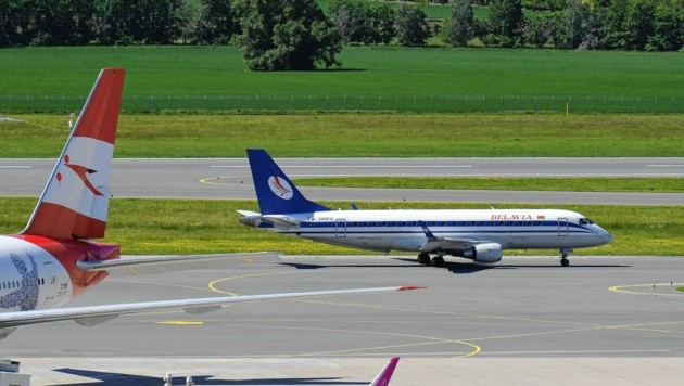 Mit dem beim EU-Gipfel groß verkündeten Landeverbot weißrussischer Maschinen hapert es noch, am Donnerstag stellte die staatliche Fluglinie Belavia die Flüge von sich aus ein. (Bild: Huber Patrick)