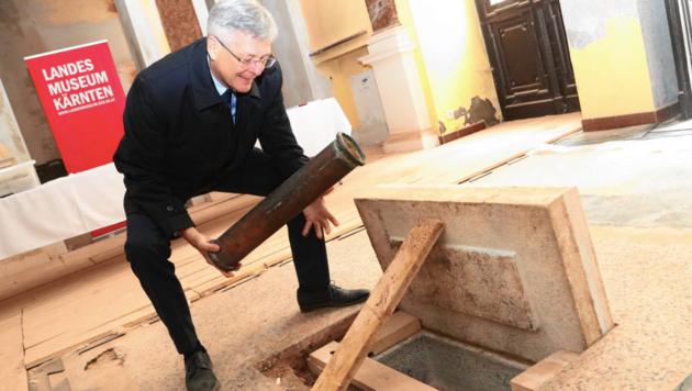 LH Kaiser mit der Zeitkapsel, die von Bauarbeitern bei der Sanierung entdeckt worden war. (Bild: Uta Rojsek-Wiedergut)