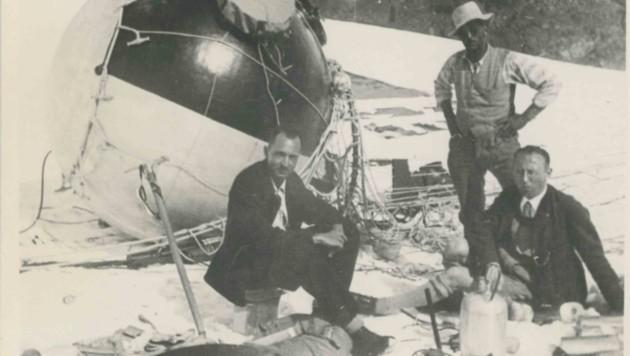 Auguste Piccard (mit Hut) stieg mit Helfern zwei Tage nach der Notlandung zum Ort des Geschehens auf. (Bild: Ötztaler Museen)