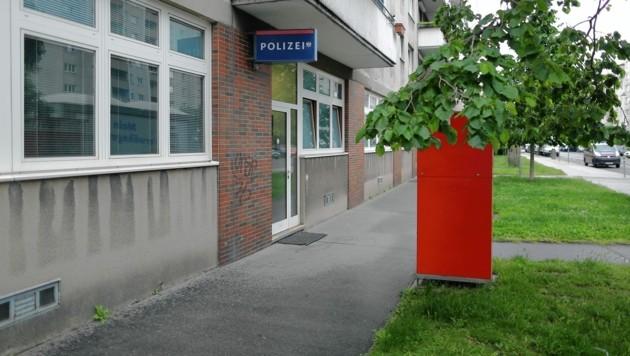 Vor dieser Polizeidienststelle in der Vorgartenstraße kam es zu der Prügelattacke auf den Beamten. (Bild: Gerhard Bartel)