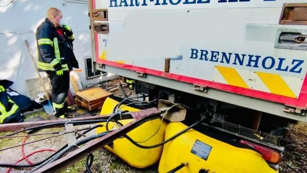 Gefährlicher Einsatz: In der Erde war dieser Lkw in Neunkirchen versunken. Bei der Bergung schlugen die Gasmelder der Feuerwehr an - ein Reifen hatte ein Leitung gekappt. (Bild: FF Neunkirchen-Stadt)