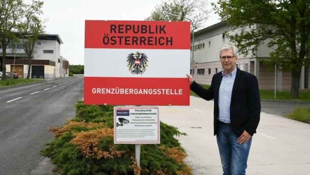 """Bürgermeister Manfred Kölly zeigt sich über die verstärkte Polizeipräsenz erfreut: """"Das ist in der jetzigen Situation unbedingt notwendig."""" (Bild: Huber Patrick)"""