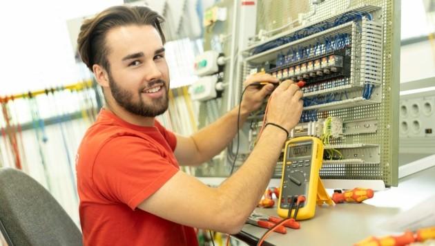 Während der Sommermonate absolviert Simon Fleisch beim Bludenzer Traditionsunternehmen Getzner Textil eine Lehre zum Elektrotechniker. (Bild: Maurice Shourot)