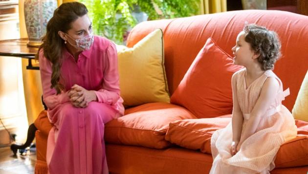 Herzogin Kate im pinken Partnerlook mit der krebskranken Mila (Bild: AFP)