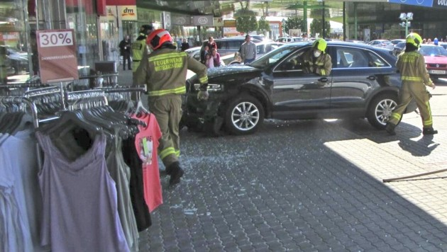 Die Freiwillige Feuerwehr Mistelbach-Stadt hievte den Unfallwagen aus dem Geschäft. (Bild: APA/FF MISTELBACH)
