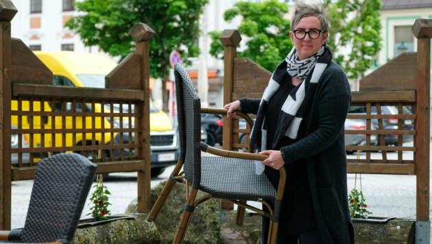 Sandra Stangl vom Cafe am Platz in Enns muss ihren Gastgarten nach Genehmigung wieder Rückbauen (Bild: Horst Einöder/Flashpictures)