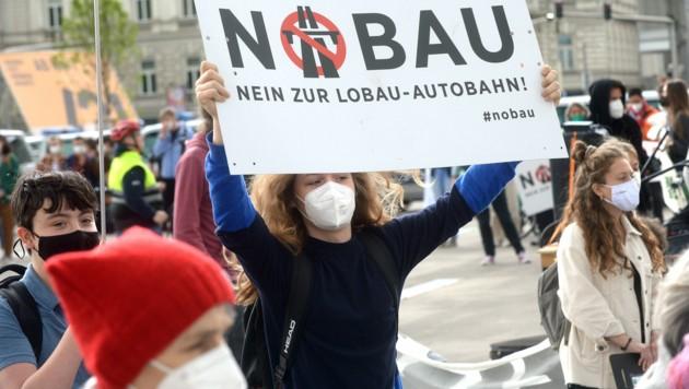 Noch nicht lange ist es her, als Lobautunnel-Gegner auf den Straßen in Wien demonstrierten. (Bild: APA/HERBERT PFARRHOFER)