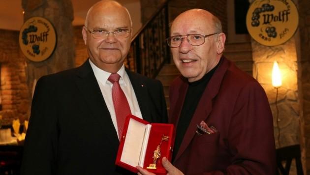 Landtagspräsident Harry Kopietz und Kurt Wolff-Votava mit dem Goldenen Rathausmann im Jahr 2016 (Bild: Martin Graninger, wien.gv.at (Archivbild))