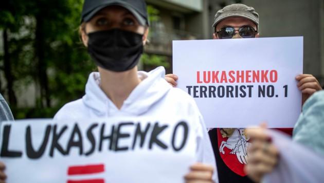 Aktivisten demonstrieren vor der US-Botschaft in Lettland. (Bild: Associated Press)