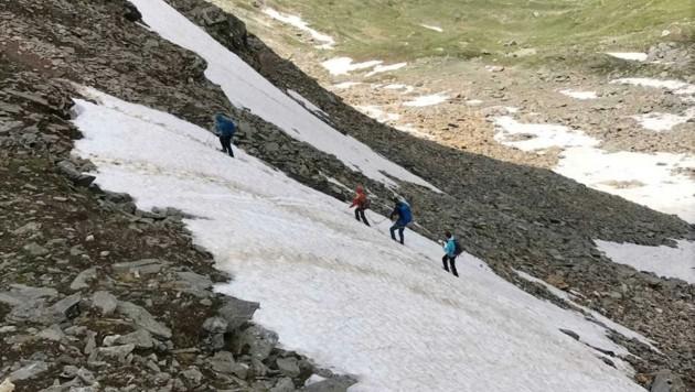 Eine Bergsteigergruppe in einem Schneefeld beim Aufstieg auf die Ahornspitze im Zillertal (Bild: ZOOM.TIROL)