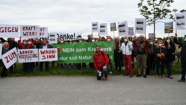 Knapp 120 Gegner protestierten gegen das geplante Heizwerk. (Bild: Huber Patrick)