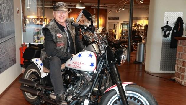 """Harry """"Harley"""" Prünster in seinem Element in """"Fischer's Harley-Davidson""""-Shop in Wien - Montag (20.15 Uhr) sitzt er wieder bei PULS 4 am """"Witzestammtisch"""". (Bild: Zwefo)"""