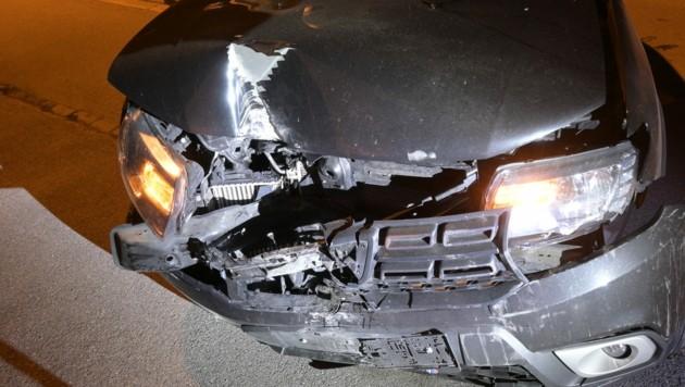 Das Auto des Duos wurde beim Anprall an die Hauswand schwer beschädigt. (Bild: Lapo_FL)