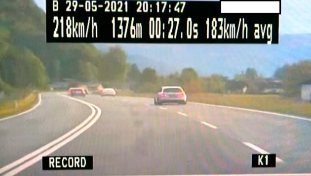 Ein illegales Straßenrennen zwischen sechs Autolenkern in Strobl (Flachgau) wurde von der Polizei beendet. (Bild: APA/LPD SALZBURG)