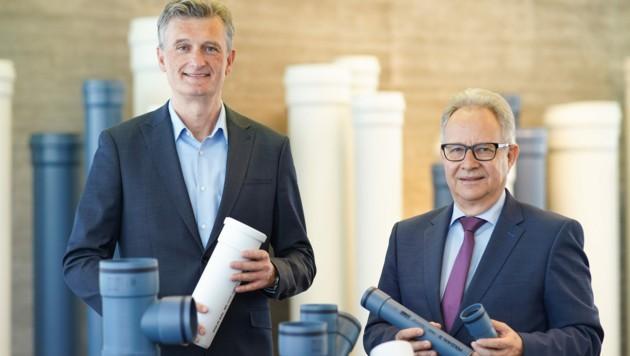 Wolfgang Lux (r.) und Konstantin Urbanides (l.) haben sich hohe Ziele gesetzt. Bis zum Jahr 2025 soll der Umsatz des Kunststoffrohr-Herstellers auf rund 130 Millionen Euro steigen. (Bild: Markus Wenzel)