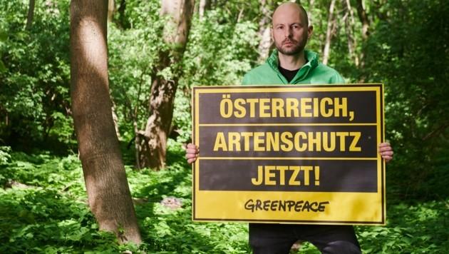 Die dringende aktuelle Forderung dieses besorgten Greenpeace-Aktivisten spricht für sich. (Bild: Greenpeace/Kurt Prinz)