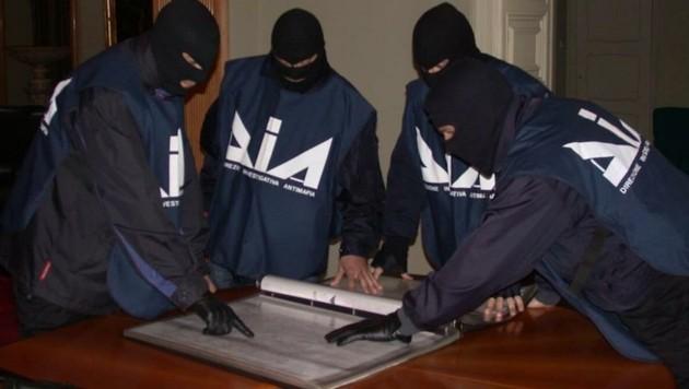Beamte der Anti-Mafia-Einheit bei der Einsatzbesprechung (Bild: siracusanews.it)