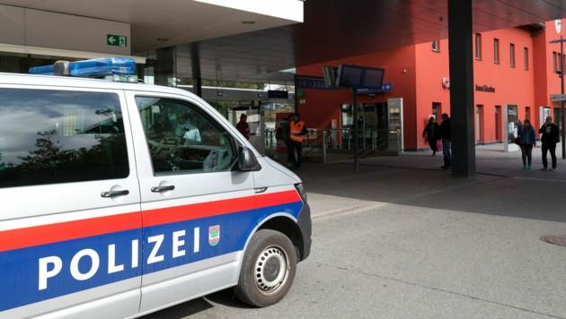 Die Polizei zeigt am Dornbirner Bahnhof Präsenz - doch löst das wirklich die Probleme? (Bild: Mathis Fotografie)