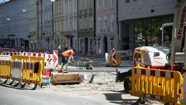 Voraussichtlich Anfang Juli wird der Kreisverkehr am Museumsplatz fertiggestellt. Derzeit wird der Verkehr umgeleitet. (Bild: Tröster Andreas)