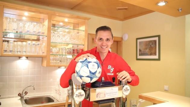 Der ehemalige Fußball-Profi beim Bierzapfen. (Bild: Tröster Andreas)
