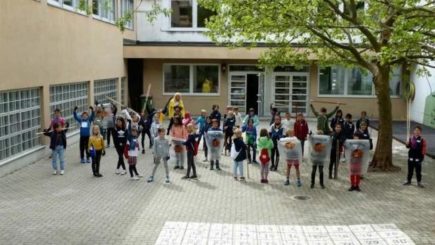 Mit Greifzangen und Tüten entfernten die engagierten Schüler der Volksschule Lienz Nord im Bereich von Straßen und Wegen Unmengen von Müll. (Bild: Lusser/VS Lienz Nord)