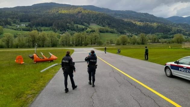 Der vermeintliche Hubschrauberabsturz entpuppte sich zum Glück nur als umgekipptes Fluggerät ohne Verletzte. (Bild: FF Trieben)