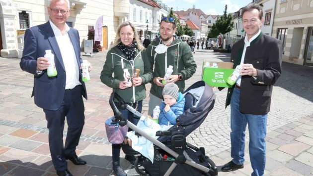 Niki Berlakovich und Bürgermeister Steiner verteilten Milch (Bild: Judt Reinhard)