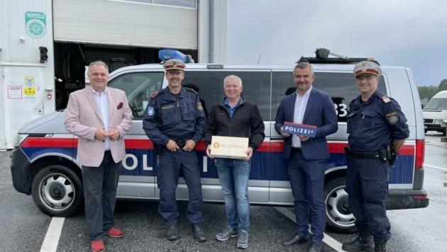 Lob für erfolgreiche Arbeit: Werderits (li.), Luisser (M.) und Dorner (2. v. re.) mit Polizisten bei der Prüfhalle in Rudersdorf. (Bild: Schulter Christian)