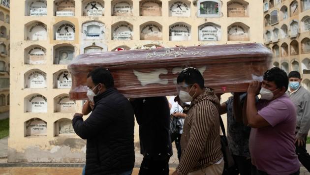 Bestattung eines Corona-Toten in Peru (Bild: AFP)