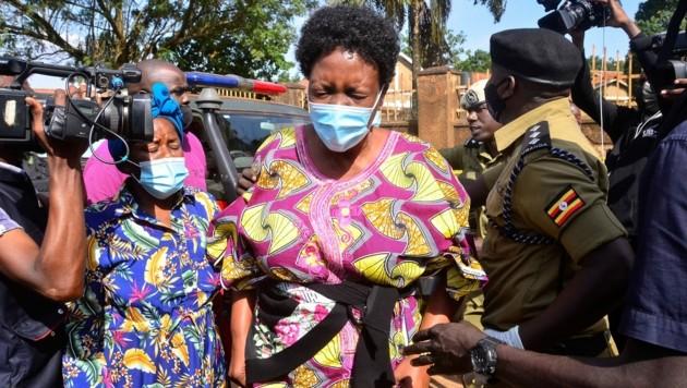 Die Frau von Katumba Wamala an jener Stelle, wo das Attentat auf den Minister passiert sein soll (Bild: AFP)