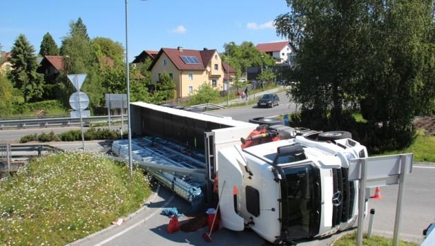 Lkw kippte in Kreisverkehr 1m 1.6.21 um. (Bild: LPD Salzburg)