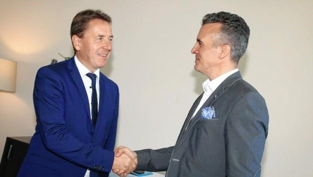 """Danke, das war's. Erwin Angerers Handschlag mit Darmann. Hoffentlich """"3G-konform"""". (Bild: Evelyn Hronek)"""