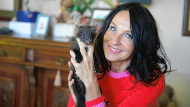 Ruth Salmina aus Moosburg mit Baummarder Archie. (Bild: Evelyn HronekKamerawerk)