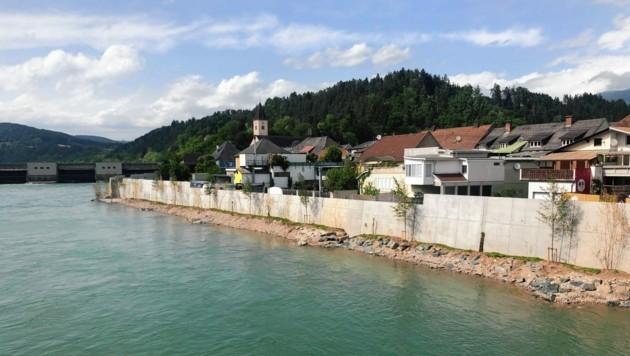 Die meterhohe Schutzmauer ist bereits fertig und schützt die Wohnsiedlung vor Hochwasser. (Bild: Hronek Eveline)