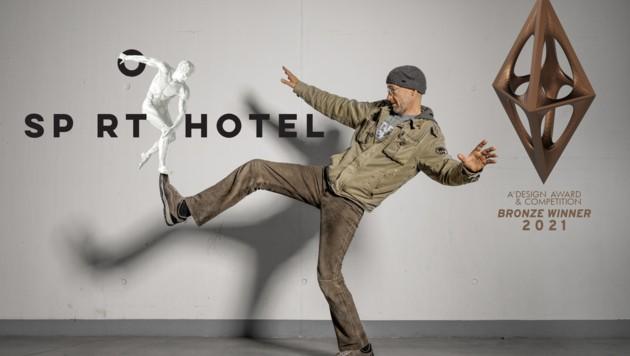 Niki Eberstaller in Interaktion mit seinem ausgezeichneten Sporthotel-Logo (Bild: Alex Lang)