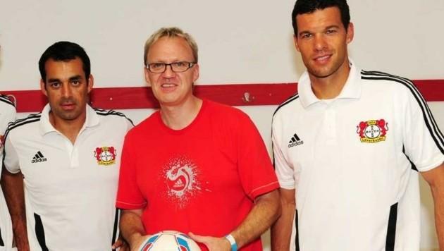 Kurbelt unermüdlich: Organisator Ralph Schader (Mitte) mit dem künftigen WAC-Trainer Dutt (li.) und Michael Ballack (re.) - das Bild entstand vor zehn Jahren. (Bild: Schopper)