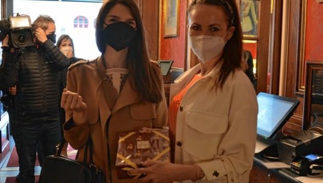 Eine Leckerei gab es auch für die Psychotherapeutinnen Julia (li.) und Iris (Bild: Hotel Sacher Wien)