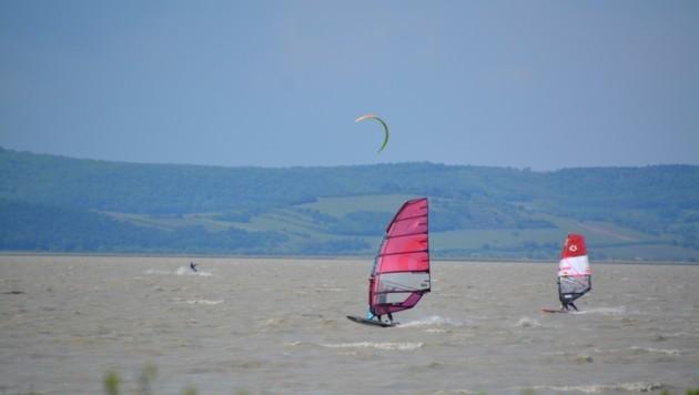 Surfer und Kiter werden den See wieder bevölkern (Bild: Charlotte Titz)