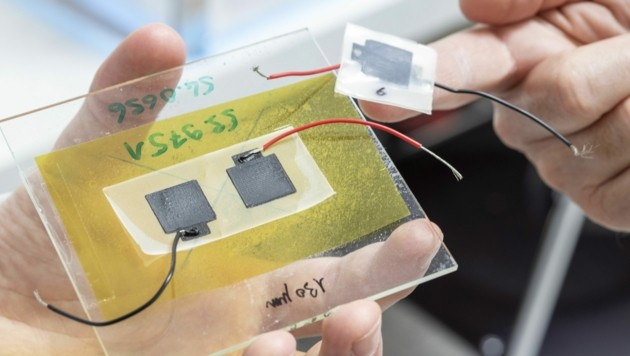 Die biologisch abbaubare Batterie besteht aus vier Schichten, die alle nacheinander aus einem 3D-Drucker fließen. Das Ganze wird dann wie ein Sandwich zusammengefaltet, mit dem Elektrolyten in der Mitte. (Bild: Empa Zürich/Gian Vaitl)