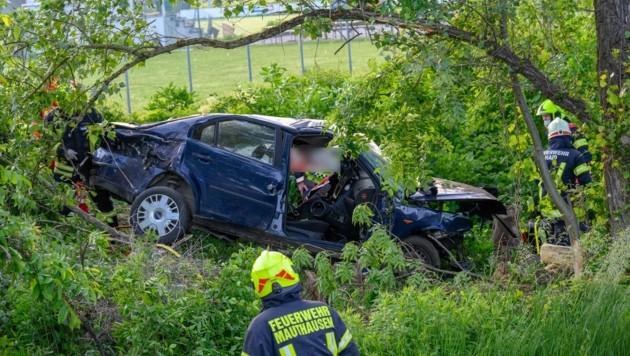 Aus diesem Unfallwrack musste der 30-jährige Lenker in Mauthausen von den Einsatzkräften befreit werden. Der Wagen wurde nur durch Zufall entdeckt. (Bild: Kerschbaummayr Werner)