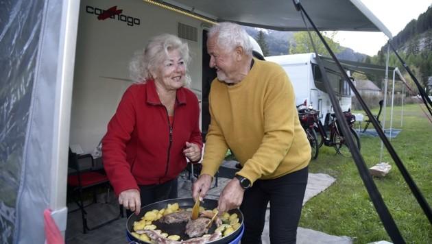 Renate Alkin und Erwin Luitz grillen am Campingplatz in in Mauterndorf. (Bild: Holitzky Roland)