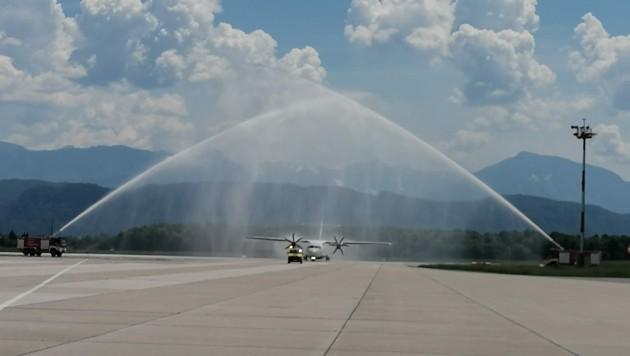 Bei ihrer ersten Landung am Flughafen in Klagenfurt wurde die Sky Express-Maschine traditionell mit Wasserfontänen getauft. (Bild: Airport Klagenfurt)
