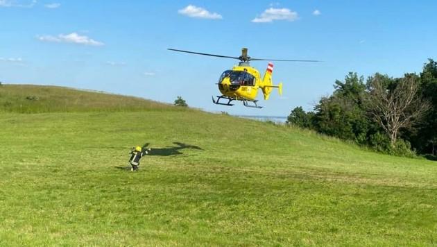 Perfektes Teamwork: Während die Polizei bereits die Unfallursache detailliert untersuchte, wiesen die Kameraden der Feuerwehr Breitenbrunn den Notarzthubschrauber zur Landung an. (Bild: FF Breitenbrunn)