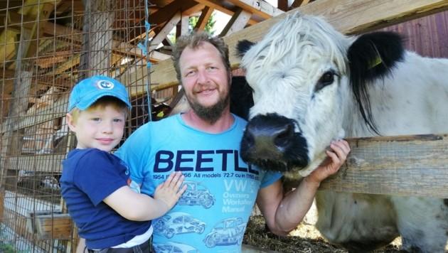 Gerd Steiner mit Sohn und Galloway-Kuh Bella. (Bild: zVg)