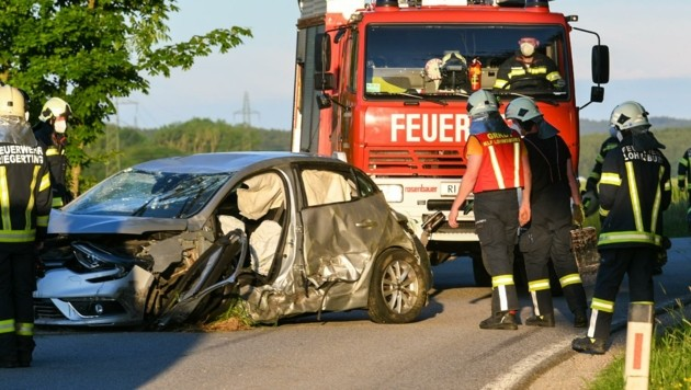 Nach einer Kollision landete der Wagen am Dach in einem Feld – alle Insassen wurden verletzt. (Bild: Scharinger Daniel)