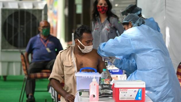 Impfung mit Covishield in einer Impfstraße in Neu-Delhi (Bild: AFP)