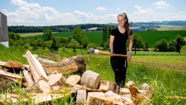 Auch das Holzhacken gehört zum Aufgabengebiet der tüchtigen Texingtalerin Saskia. (Bild: Imre Antal)